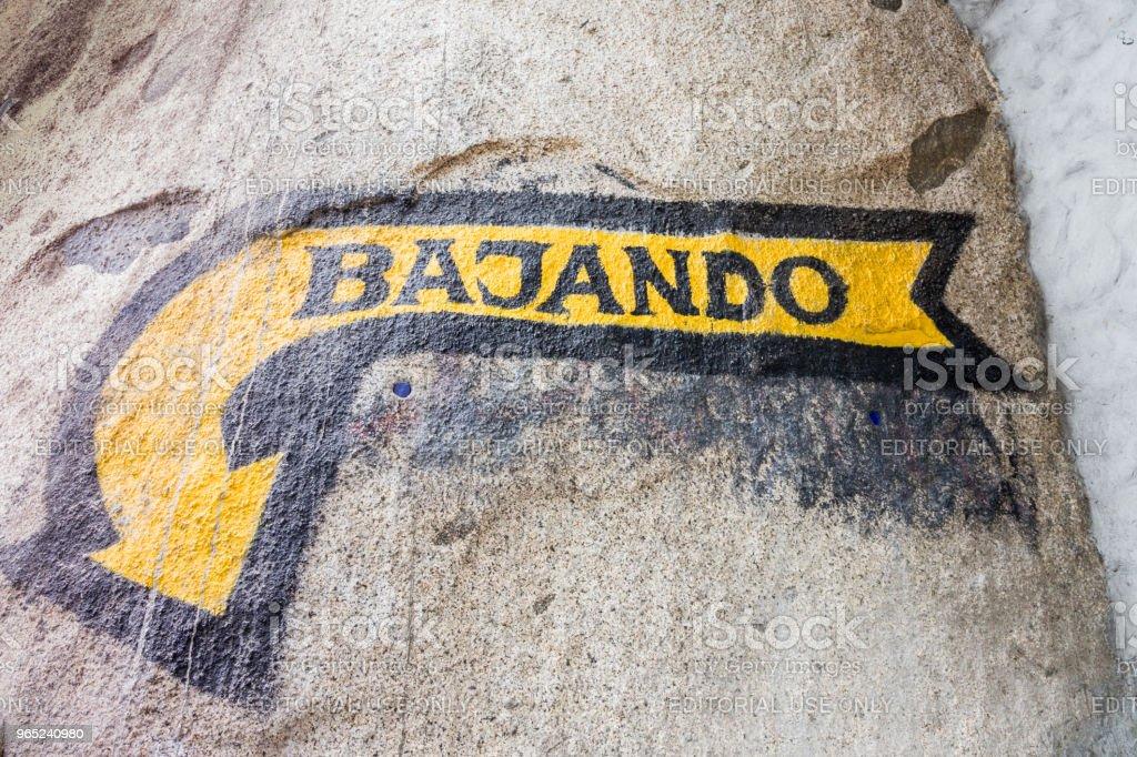 A view of a sign saying down in spanish zbiór zdjęć royalty-free