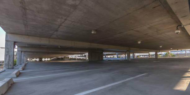 blick auf einen großen, überdachten parkplatz - betondecke stock-fotos und bilder