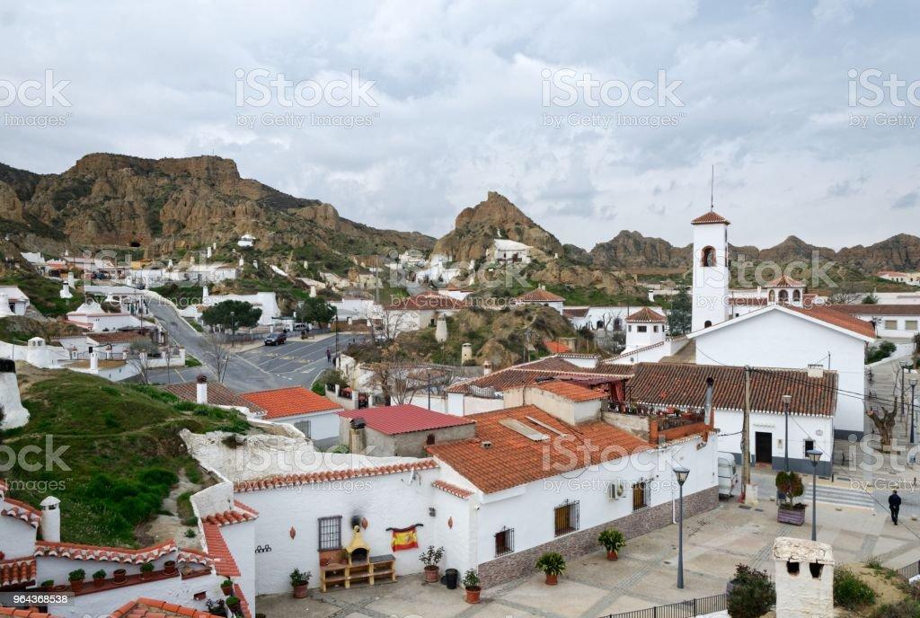 Weergave van een Spaans witte dorp omringd door scherpe heuvels - Royalty-free Andalusië Stockfoto