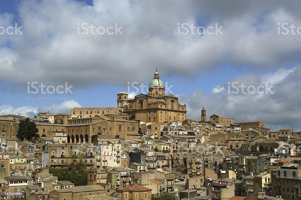 Vista di una tipica città antica, Provincia, Agrigento, Sicilia - foto stock