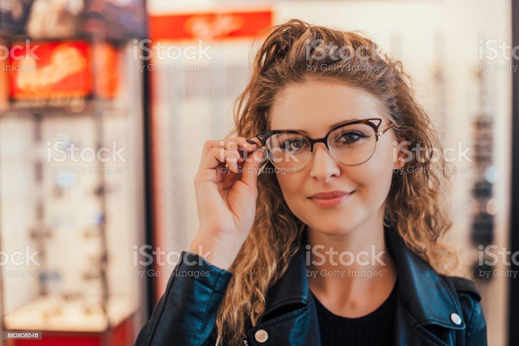 Ansicht einer jungen attraktiven Frau Gläser beim Optiker. – Foto