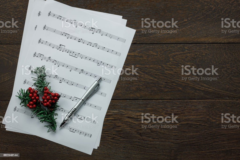 Frohe Weihnachten Musik.überblick über Musik Und Frohe Weihnachten Konzept Hintergrund Blatt Papier Hinweis Und Rote Verschwommen Festliche Tannenbaum Auf Modernen Braun Im
