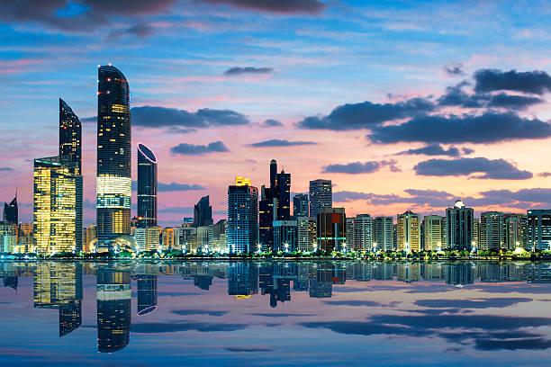 вид на залив абу-даби skyline at sunset - abu dhabi стоковые фото и изображения