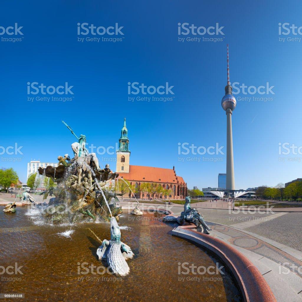 Blick auf den Alexanderplatz, Neptunbrunnen und der Fernsehturm in Berlin, Deutschland – Foto
