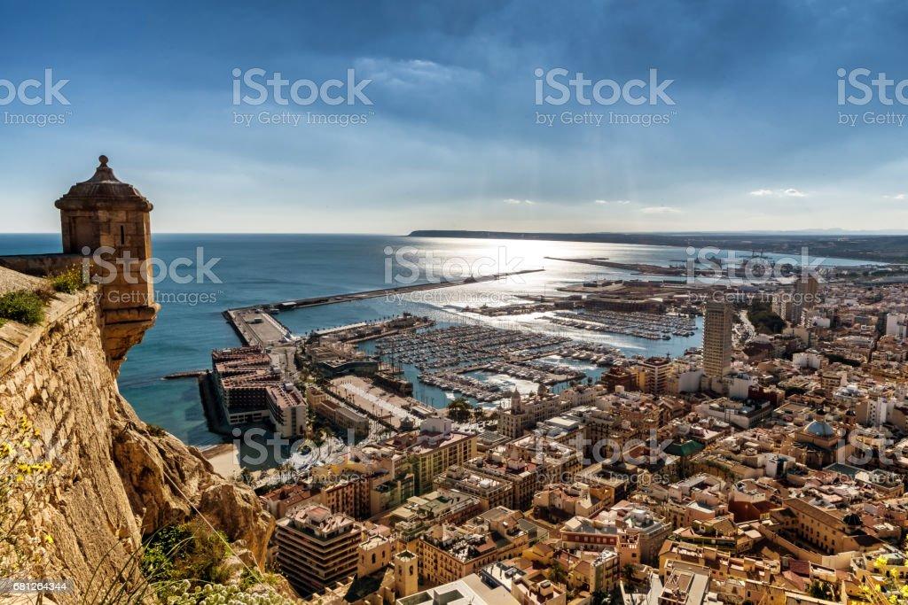 Ansicht der Stadt Alicante und Marina aus Castel Santa Barbara – Foto