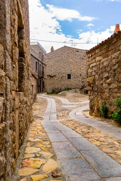 View of an alley in Aggius (Sassari, Sardinia, Italy). - foto stock