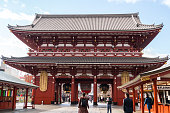 浅草寺を訪れる観光客や旅行者を連れた浅草寺周辺の眺望、浅草の雷門の位置、東京で最も有名な寺院