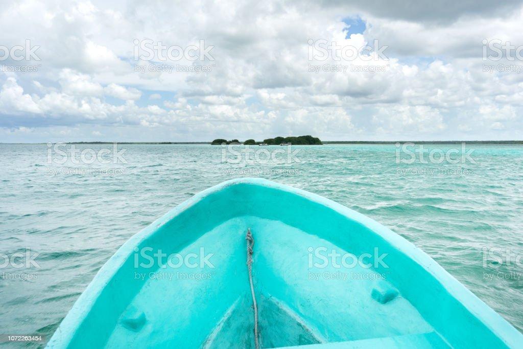 Vista de la Laguna Bacalar desde un barco - foto de stock