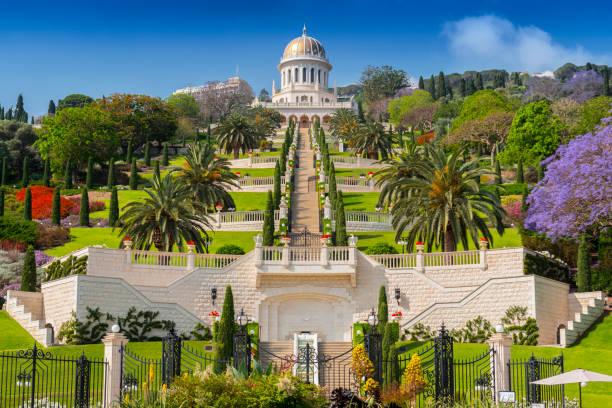 vista dos jardins bahai e o santuário do báb no monte carmelo, em haifa, israel. - israel - fotografias e filmes do acervo