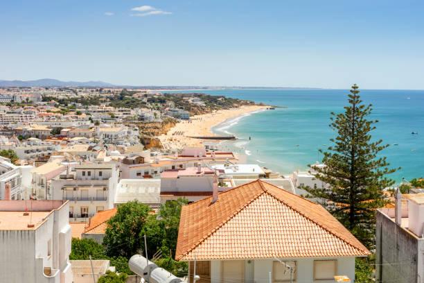 Blick auf das schöne Albufeira mit weißer Architektur und Sandstrand, Algarve, Portugal – Foto