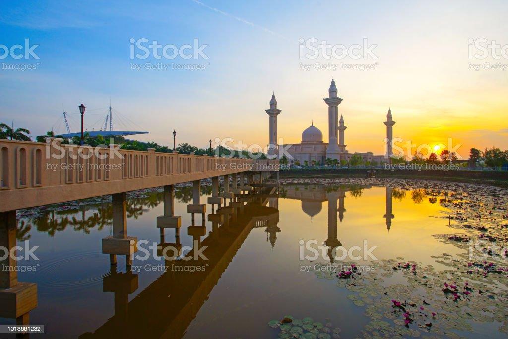 Blick auf schöne Ampuan Jemaah Moschee bei Sonnenaufgang. – Foto