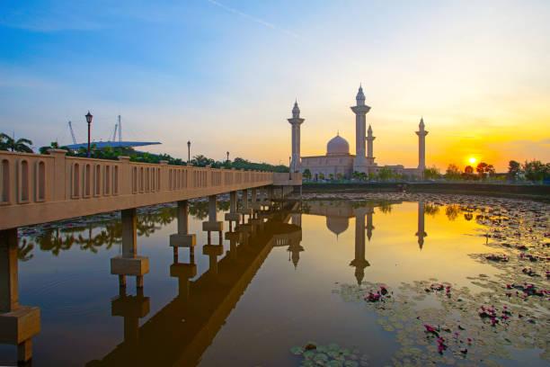 Blick auf die schöne Ampuan jemaah Moschee bei Sonnenaufgang – Foto