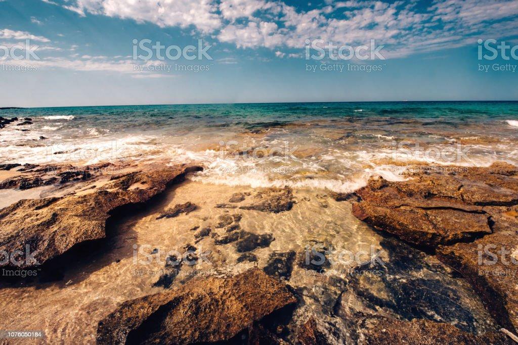 美しいビーチの景色が織り成す岩海辺で風光明媚な壁紙を押す しぶき
