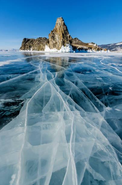 Blick auf schöne Zeichnungen auf dem Eis von Rissen und tiefen Gasblasen auf Oberfläche des Baikal-Sees im Winter, Russland – Foto