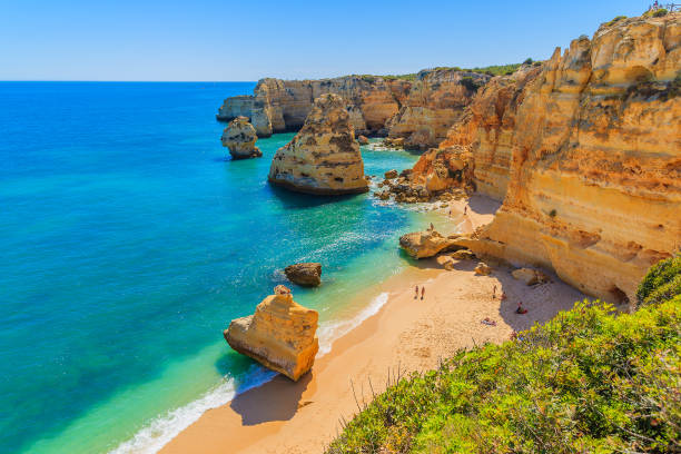 view of beautiful marinha beach with crystal clear turquoise water near carvoeiro town, algarve region, portugal - algarve imagens e fotografias de stock