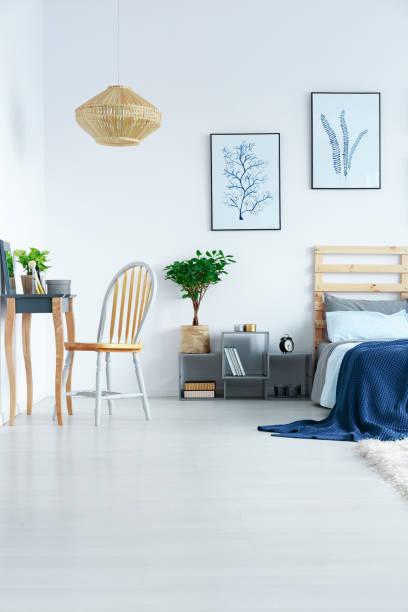 blick aus schlafzimmer in wohnung - paletten kopfbrett stock-fotos und bilder
