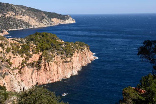 Ver de la costa de Begur, en el fondo del puerto de Fornells, Costa Brava, Girona provincia, España - foto de stock