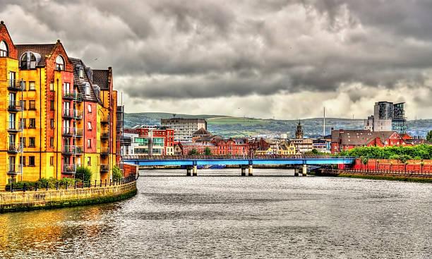 Vista de Belfast, sobre la ribera del río Lagan, Reino Unido - foto de stock