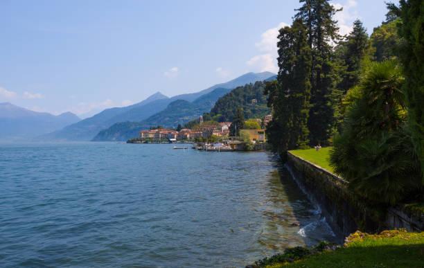 blick auf bellagio, ein kleines dorf am comer see, italien. - hotel mailand stock-fotos und bilder