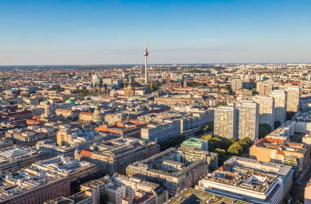 ausblick auf berlin - nikolaiviertel stock-fotos und bilder