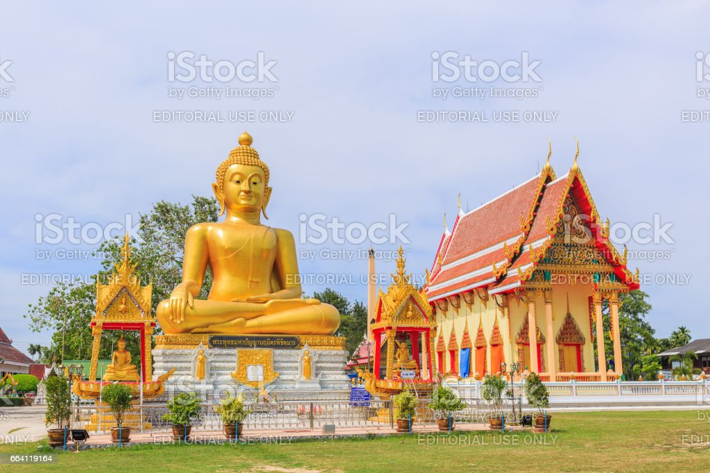 RAYONG , THAILAND - APRIL 2, 2017 : A view of Big Buddha statue  at Wat Natakhwan early in the morning in Rayong , Thailand. foto stock royalty-free