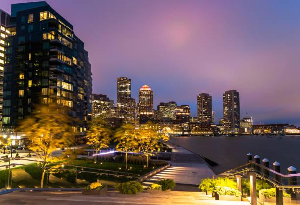 Blick auf die Skyline von Boston und die Distric Waterfront von Seaport bei Nacht – Foto