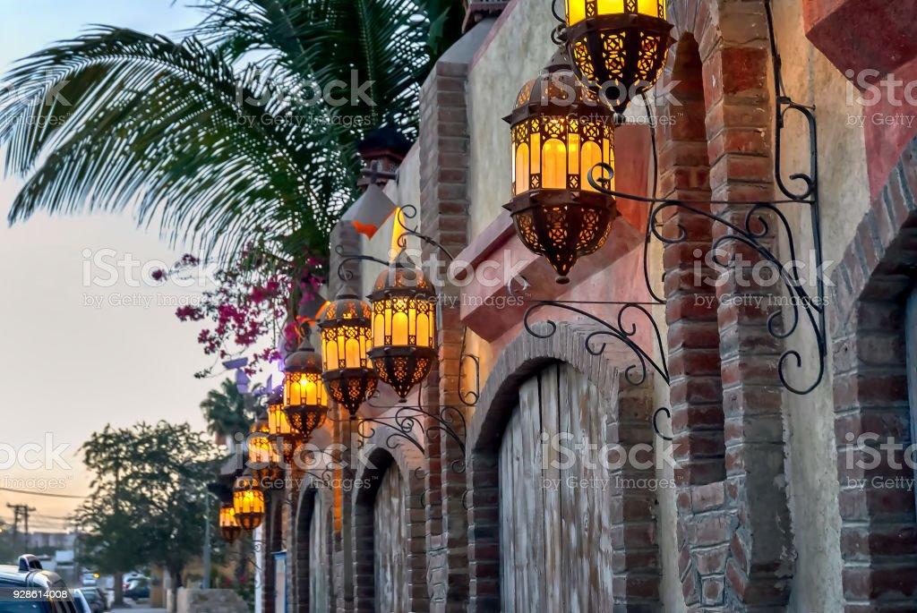 Vista de edificios y luces de la calle en Cabo San Lucas, México, al atardecer. - foto de stock