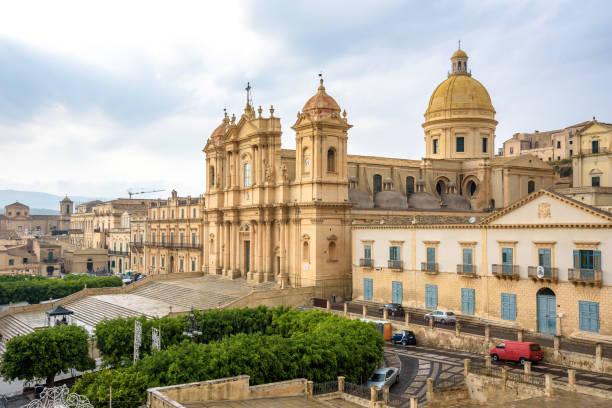 uitzicht op kathedraal van noto - noto sicilië stockfoto's en -beelden