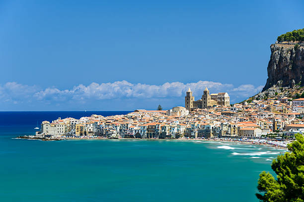 view of cefalù with beach and castle - 西西里 個照片及圖片檔
