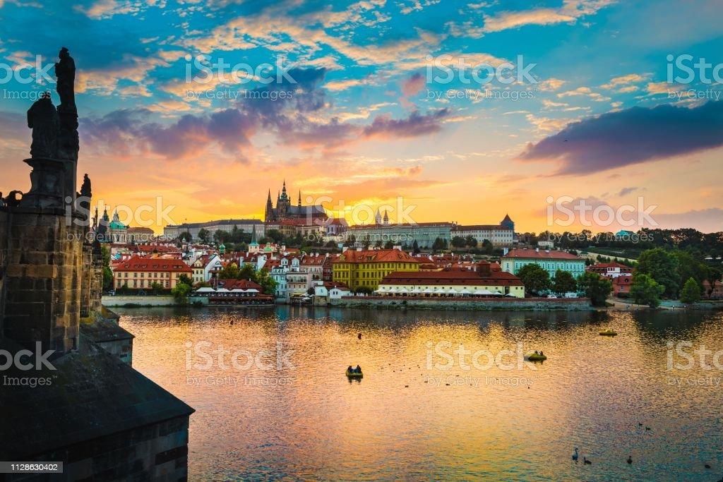 Vue du pont Charles à Prague pendant le coucher du soleil, République tchèque Vltava River. - Photo