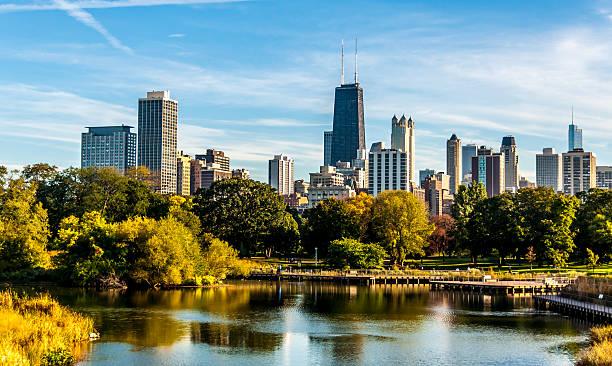 vista de la ciudad de chicago desde lincoln park - edificio hancock chicago fotografías e imágenes de stock