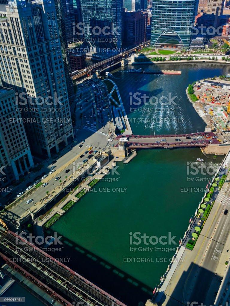 Zicht op de Chicago River gezien van hoog tot, met reflecties van licht terugkaatsen van de gebouwen op het water als boten reizen door. - Royalty-free Binnenstad Stockfoto