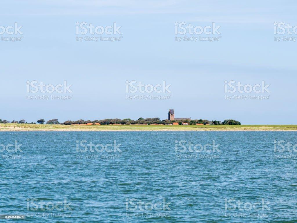 Blick auf die Kirche von Hollum und Küste von Ameland Insel im Wattenmeer, Friesland, Niederlande – Foto