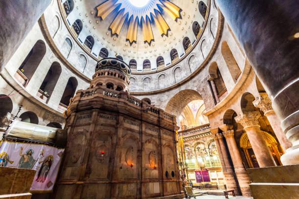 blick auf die kirche des heiligen grabes - jerusalem stock-fotos und bilder