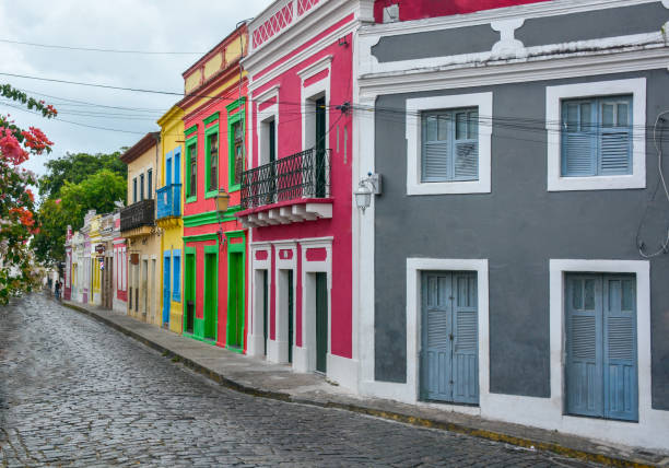 vista da rua de paralelepípedos na histórica cidade brasileira olinda - recife e olinda - fotografias e filmes do acervo