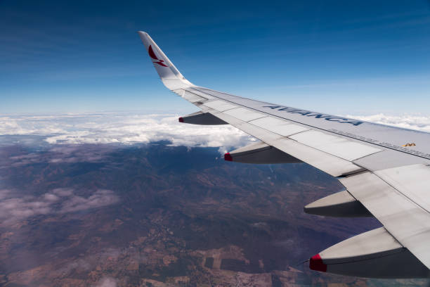 Vista da paisagem colombiana da janela de um avião Avinaca. - foto de acervo