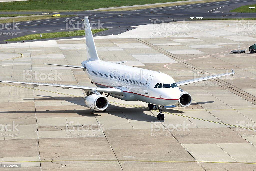 Blick auf Passagierflugzeug Parken am Flughafen – Foto