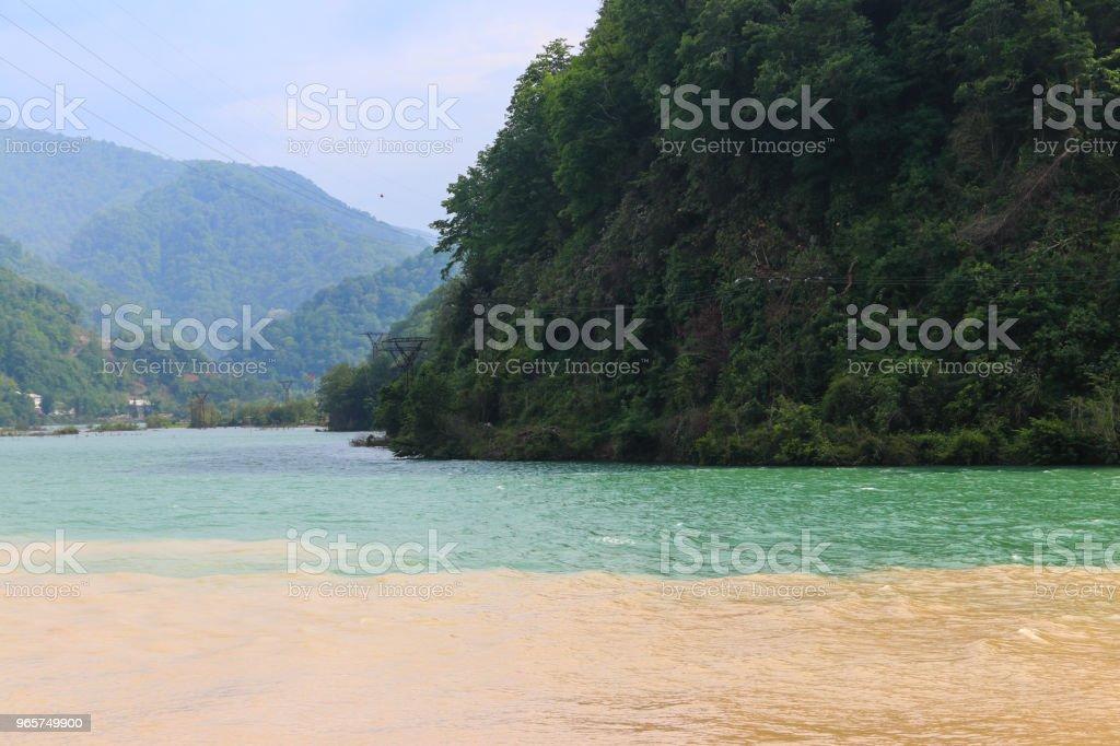 Weergave van de samenvloeiing van twee rivieren van de berg Adjaristskali en Chorokh in Adzjarië (Georgia) - Royalty-free Adzjarië Stockfoto