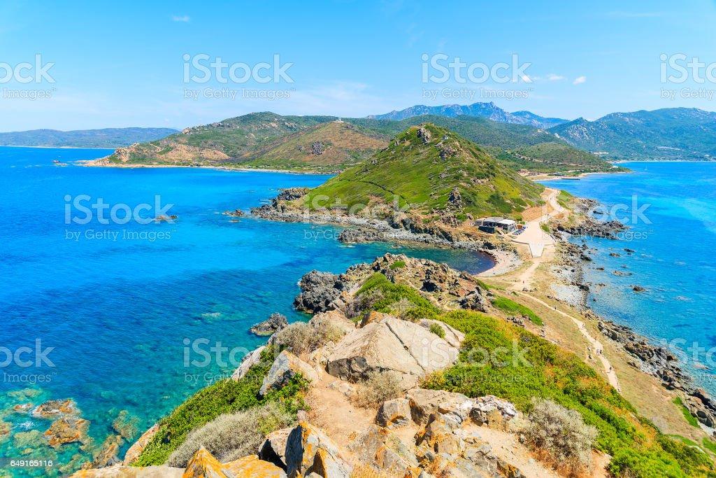 Vista de la costa de Córcega de torre en cabo de la Parata, isla de Córcega, Francia - foto de stock