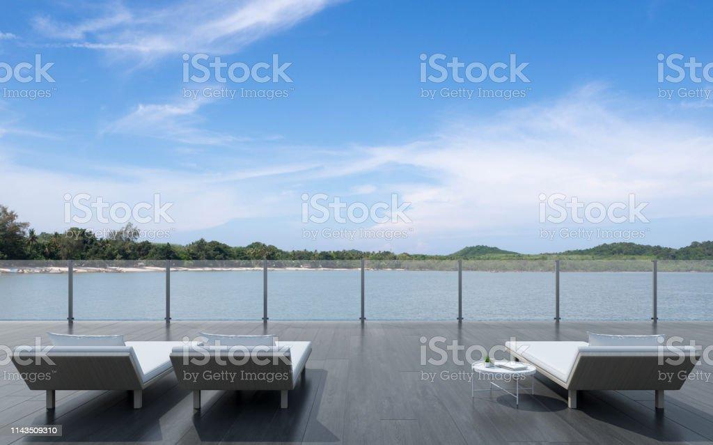 Vista De Sofá Cama Con Mesa Lateral En Terraza De Madera Con