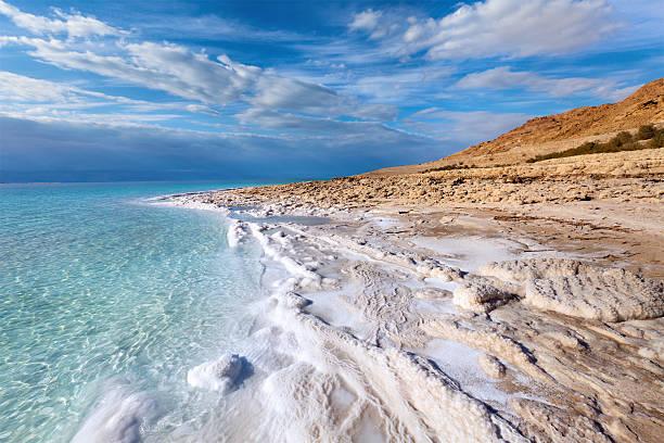 vue sur le littoral de la mer morte - jordan photos et images de collection