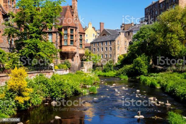 View Of Dean Village And Water Of Leith Edinburgh Uk - Fotografias de stock e mais imagens de Aldeia
