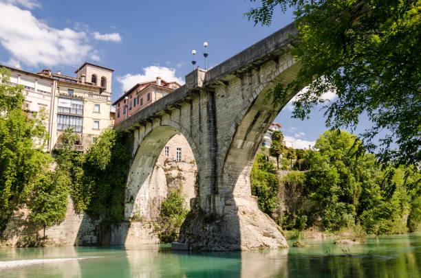 ansicht der teufelsbrücke in cividale del friuli - friaul julisch venetien stock-fotos und bilder