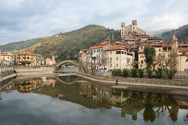 vue sur le village médiéval nervia dolceacqua sur la rivière - pont gênes photos et images de collection