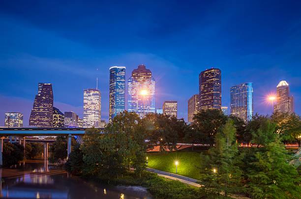 Vista para o centro da cidade de Houston no crepúsculo - foto de acervo