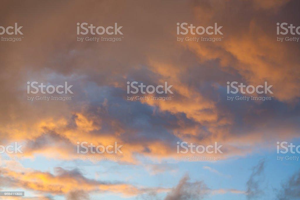View of dramatic orange sunset clouds - Zbiór zdjęć royalty-free (Atmosfera - Wydarzenia)