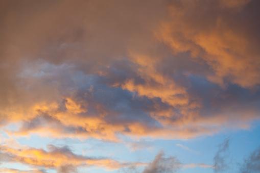 View Of Dramatic Orange Sunset Clouds - zdjęcia stockowe i więcej obrazów Atmosfera - Wydarzenia