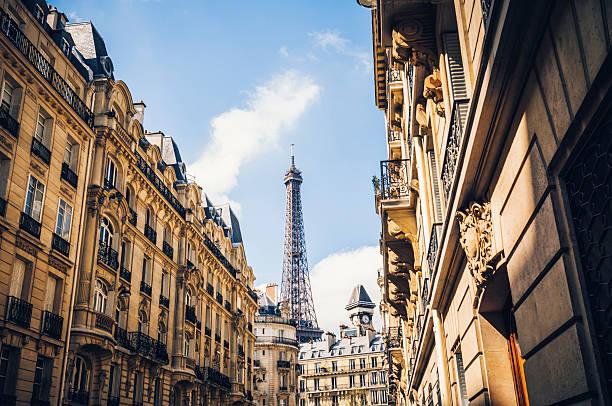 Straße in Paris mit Eiffelturm – Foto