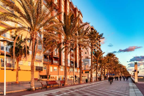 utsikt över strandpromenaden el zapillo i almeria, spanien, vid solnedgången. - walking home sunset street bildbanksfoton och bilder