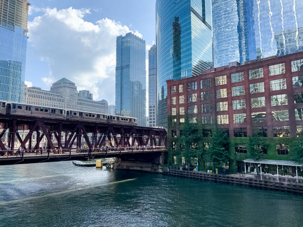 view of elevated train track with el train crossing lake street and the chicago river in summer - ivy corporate building imagens e fotografias de stock